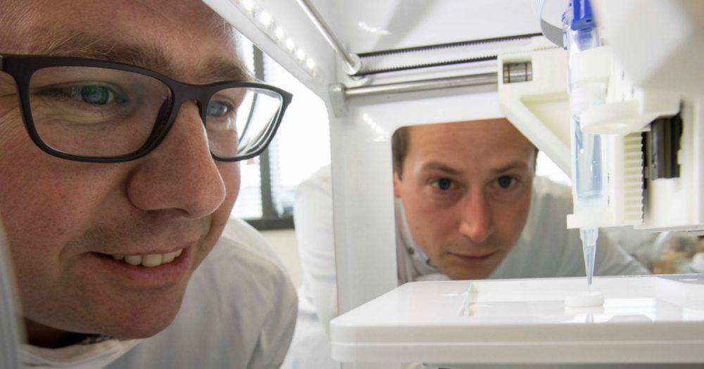 dr-swioklo-and-professor-che-connon 3d printed cornea